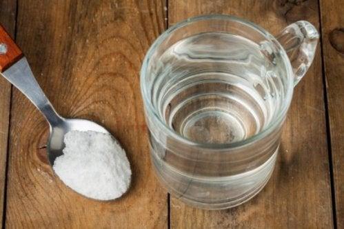 Fem naturliga tricks för att få bort svettfläckar
