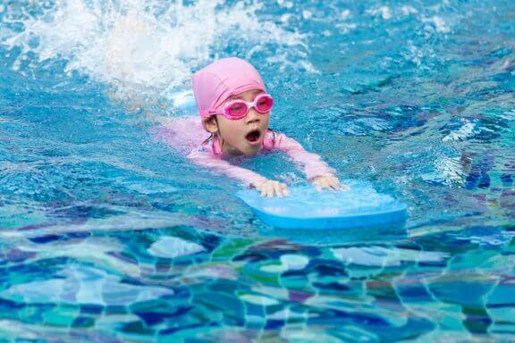 De bästa tipsen för att lära barn att simma