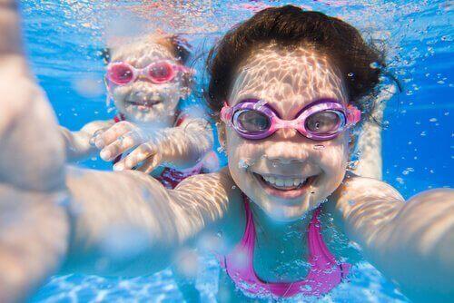 Instruktioner för att lära barn att simma.