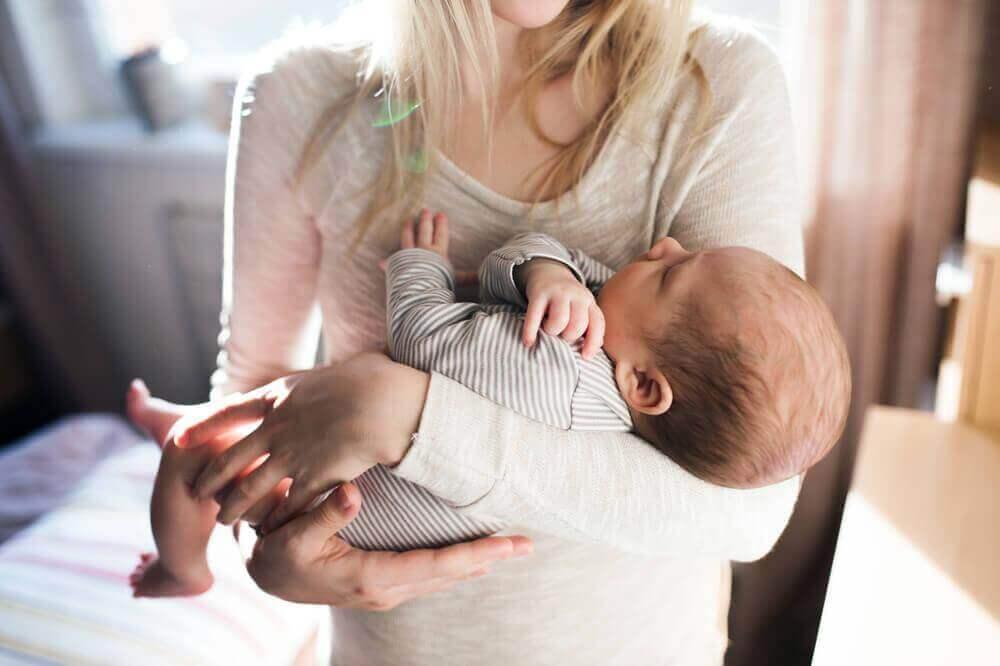Hur lugnar du din bebis hicka på bästa vis