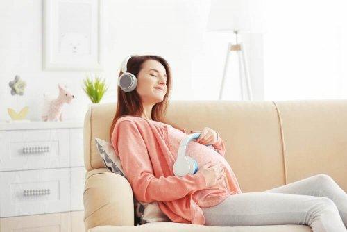 Göra bebisen lycklig under graviditeten med musik