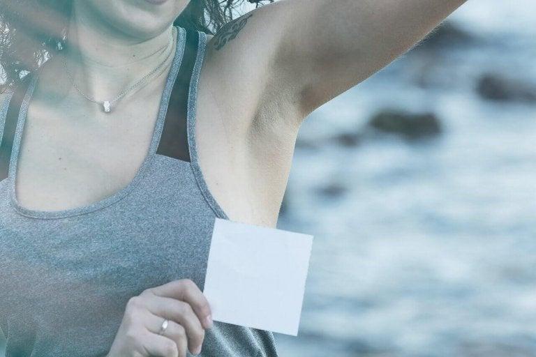5 tips för att ta bort deodorantfläckar
