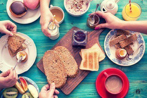 Familj som äter frukost.