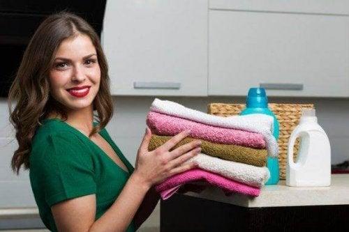 Hur du gör ett naturligt tvättmedel för dina handdukar