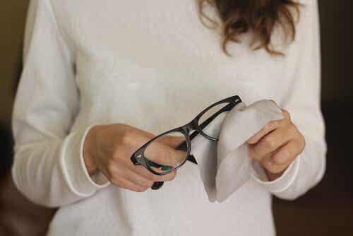 Bli av med repor på glasögonen med dessa 6 tricks