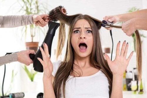 Kvinna med skadat hår.