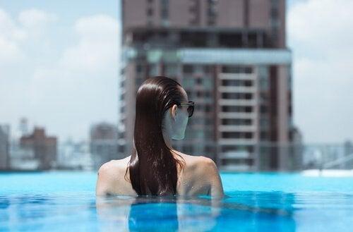 Kvinna som är i poolen.