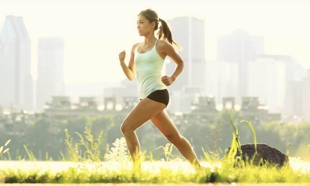 Kvinna som är ute och springer.