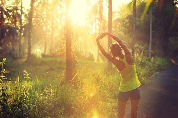 Kvinna som motionerar i naturen.