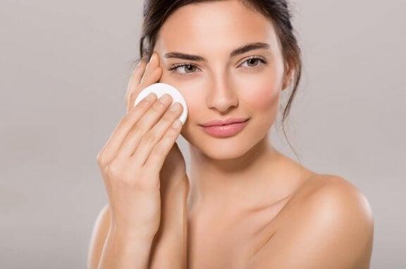 Kvinna som rengör huden.