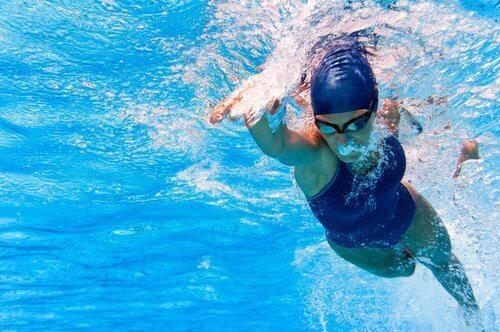 Kvinna som simmar.