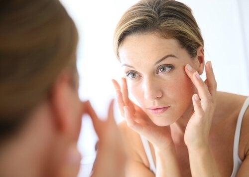 Kvinna som tittar i spegeln.