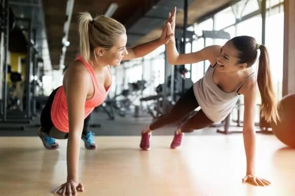 Kvinnor på gymmet.