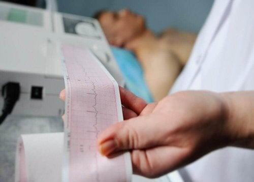 Vad ser man i ett EKG hos en person med hjärtinfarkt?