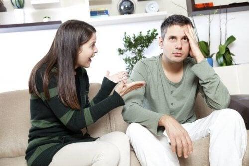 Man och kvinna som grälar i soffan.