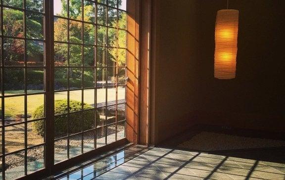 Natur utanför japanskt hus.