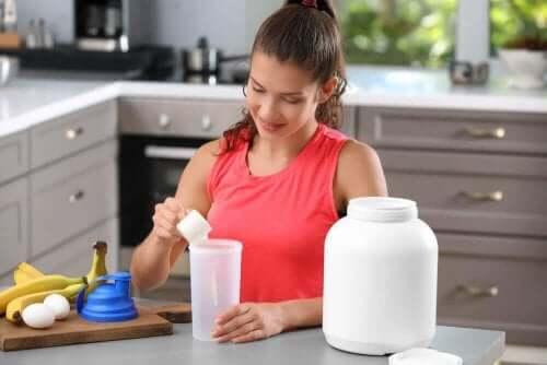 Kvinna gör proteinshakes