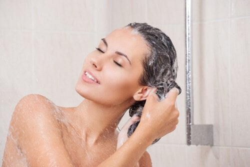 Kvinna tvättar håret