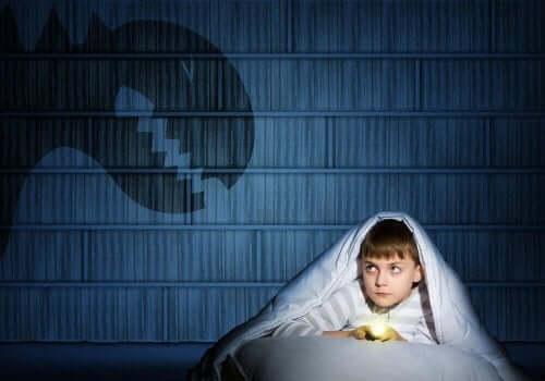Mörkerrädsla kan göra att man vill sova i föräldrarnas säng