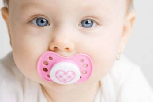 Bebis med napp.