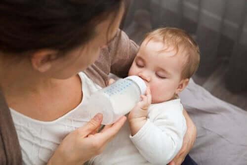Bebis med nappflaska.