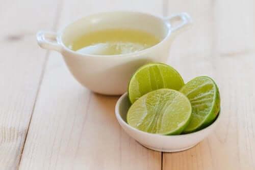 Citronjuice och skivad citron.
