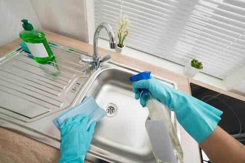 Sex sätt att rengöra och desinficera handfat i ditt hem