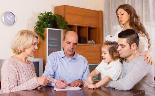 Familj som gör upp en budget.