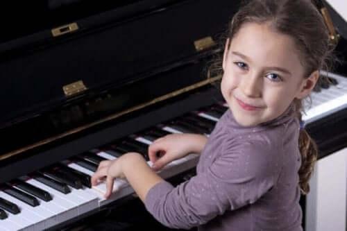 Flicka som spelar piano.