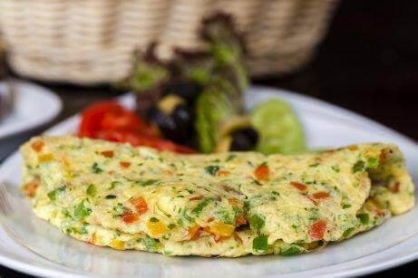 Fransk skink- och ostomelett med broccoli