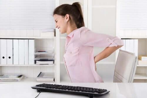 Stretcha ryggen för att slippa smärta