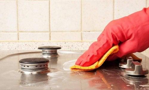 Kvinna som rengör i köket.