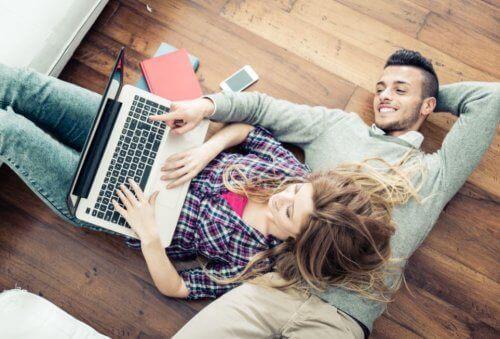 Man och kvinna med laptop.