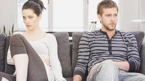 Man och kvinna som sitter i soffan.