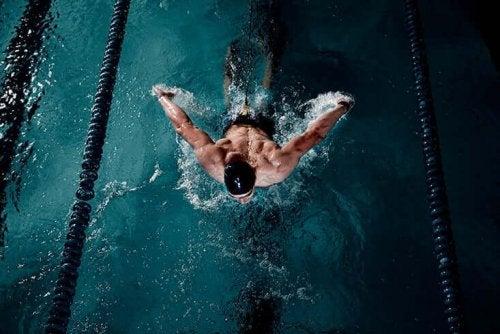 Man som simmar i bassängen.