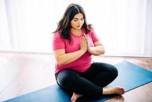 10 fördelar med yoga för överviktiga