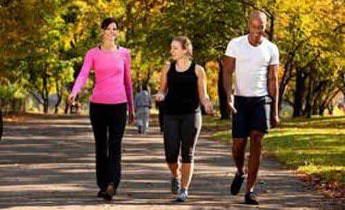 Ta en titt på de sex fördelarna med att promenera dagligen