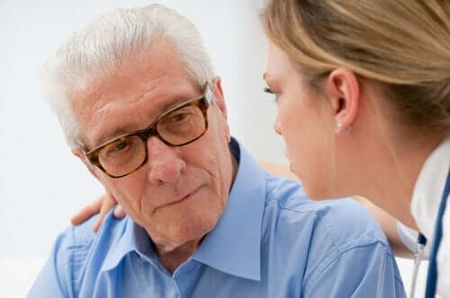 Äldre man och läkare.