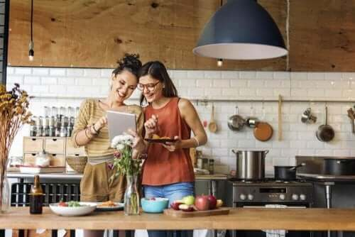 Kvinnor i köket.