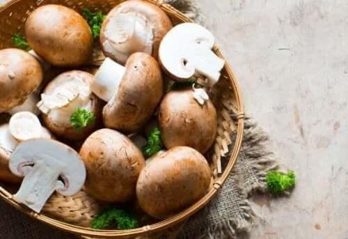 Skivade svampar i träkorg.