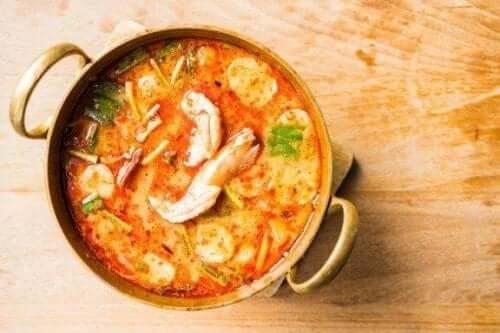 Enkel hemgjord soppa med fisk och skaldjur