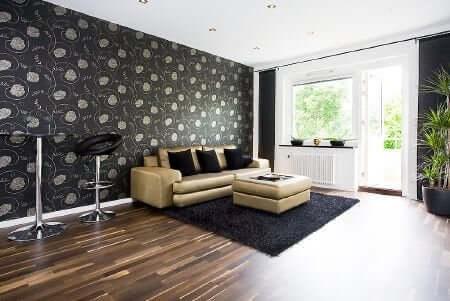 Vardagsrum med soffa.