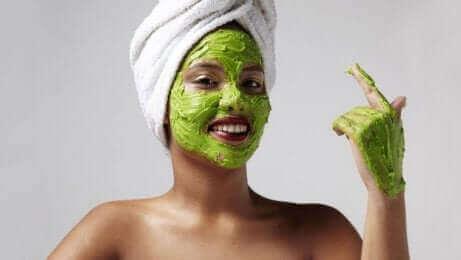 En mask med avokado för att motverka solfläckar på huden
