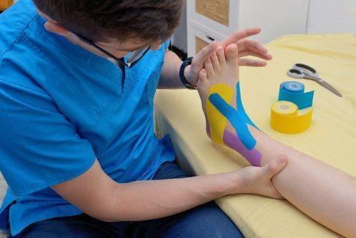 Fysioterapeut behandlar fot