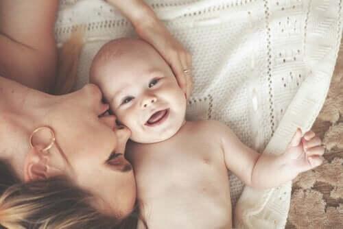 Glad bebis med mamma
