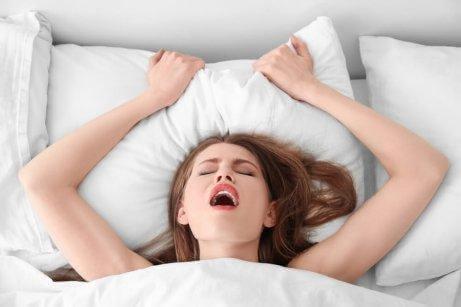 Kvinna får orgasm