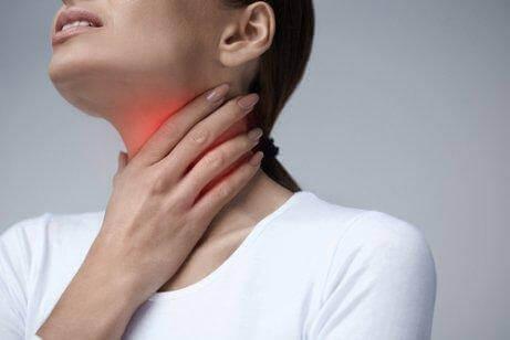 Kvinna med ont i halsen
