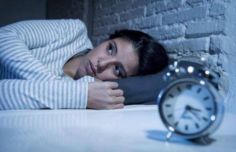 Kvinna med sömnproblem p.g.a. psoriasisartrit