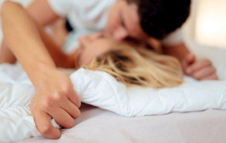 Kyssande par i sängen
