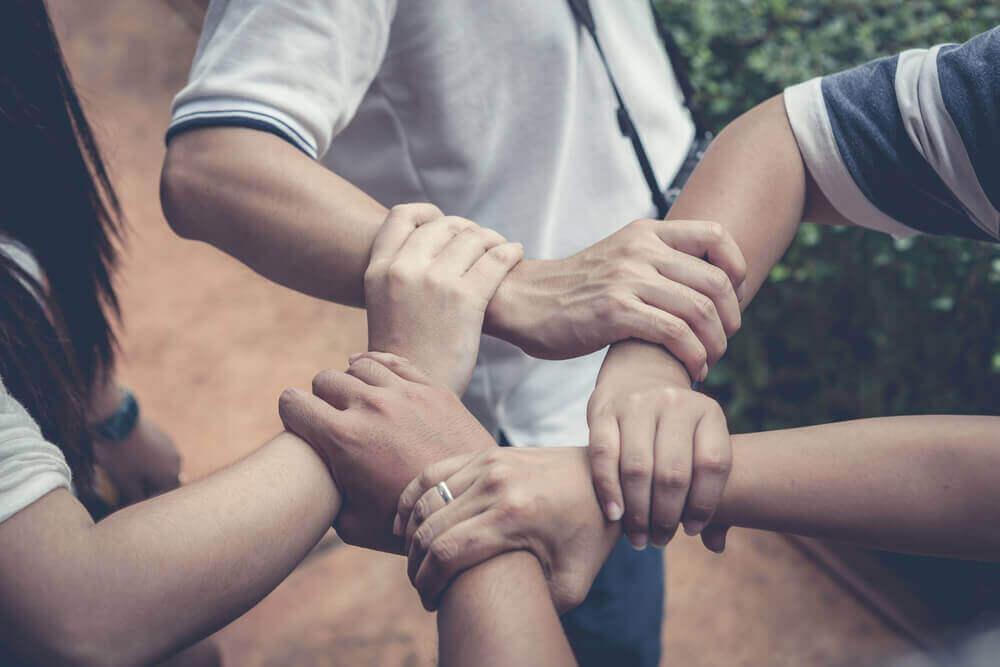 Lära dina barn att hjälpa andra – vi berättar hur